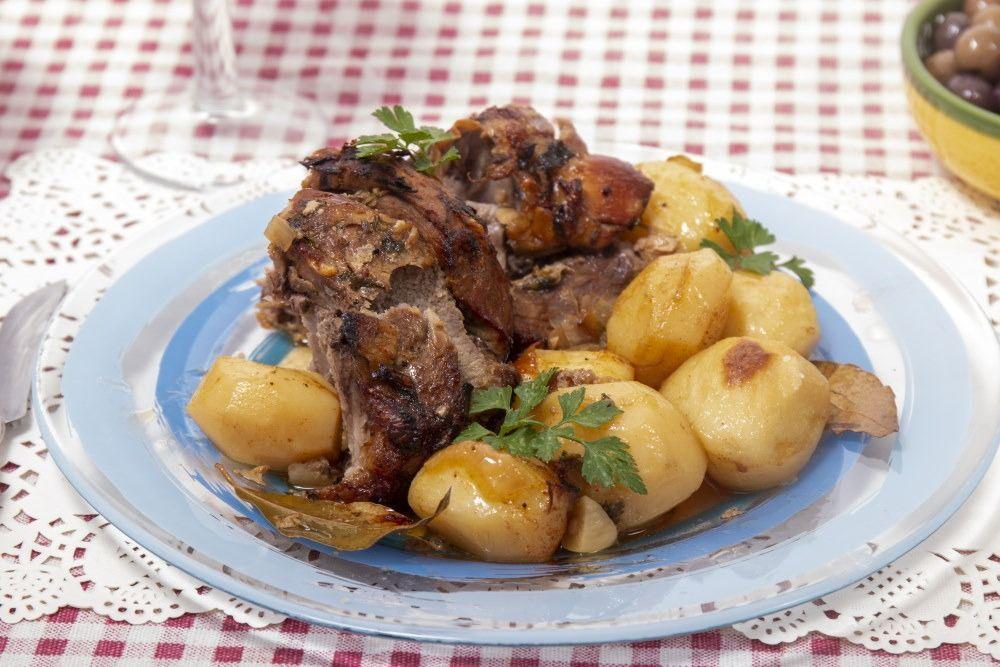 Rοast lamb with potatoes